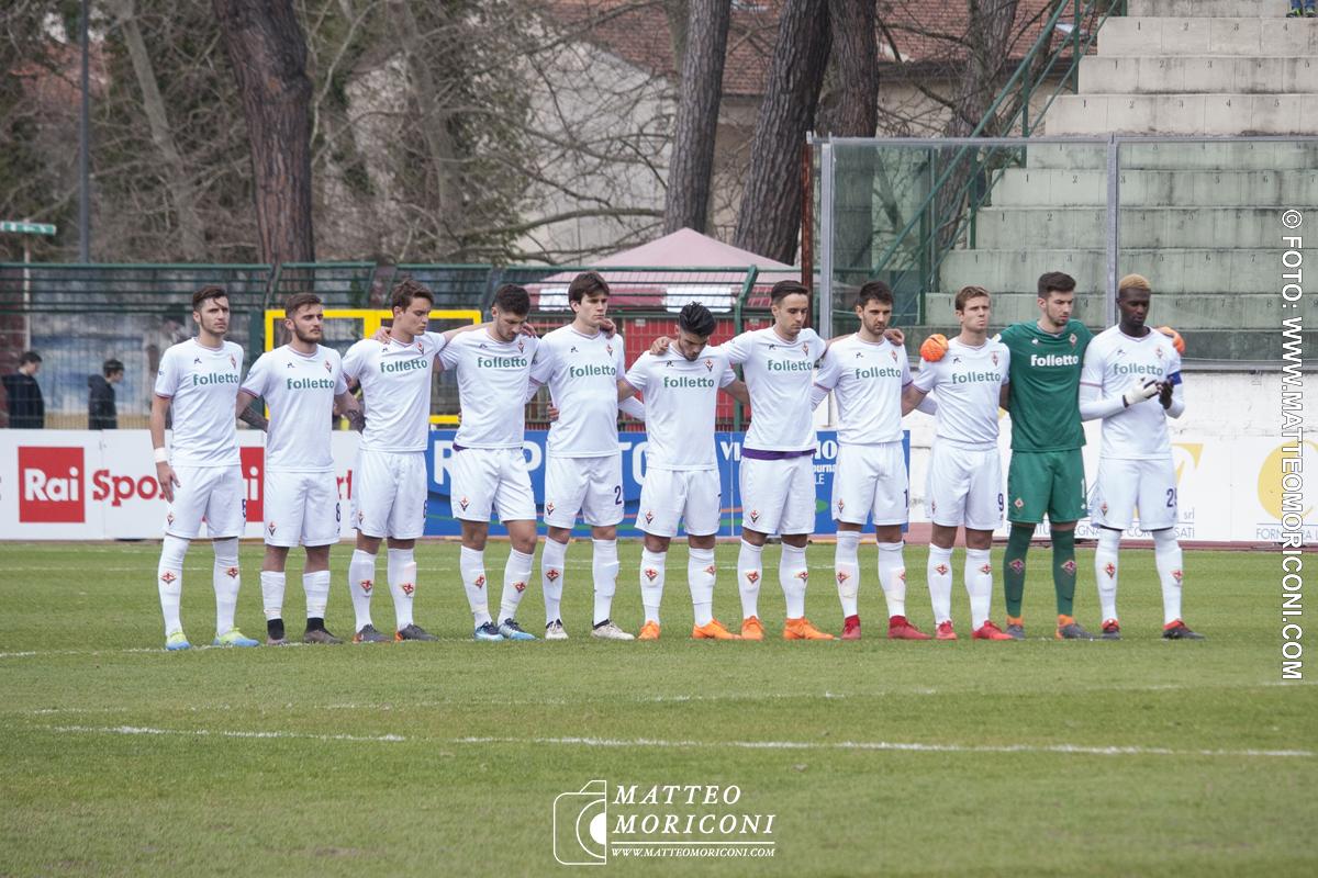 La formazioni della Fiorentina durante il Minuto di silenzio a Centrocampo - Finale Viareggio Cup
