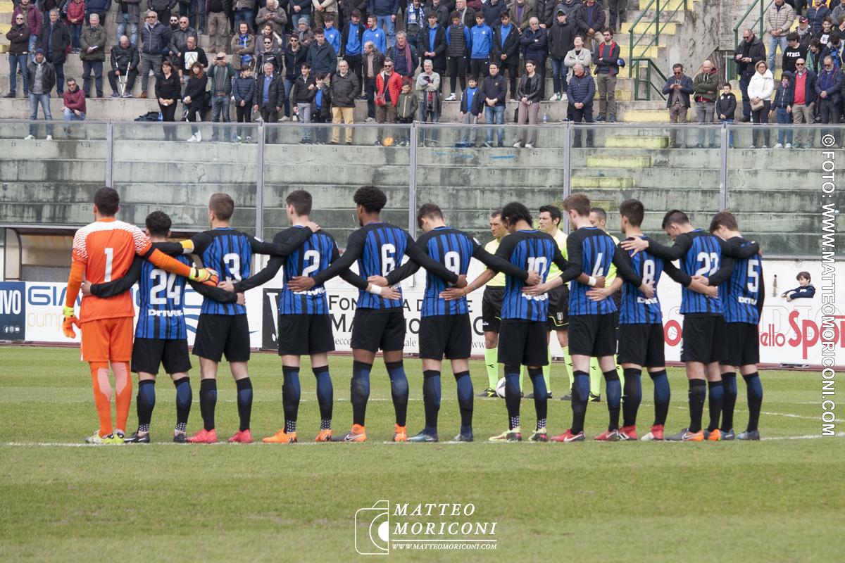 La formazione dell'Inter durante il Minuto di silenzio a Centrocampo - Finale Viareggio Cup