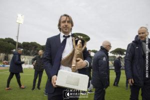Stefano Vecchi con la coppa della Viareggio Cup