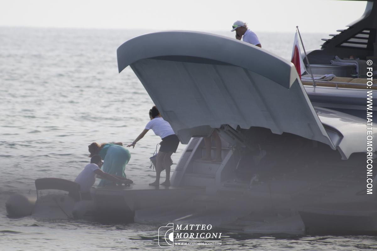 Oleg Tinkov scende dalla sua Barca a Forte dei Marmi